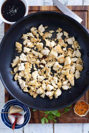 Paistettu ja pannulla marinoitu rapea tofu