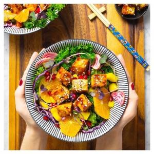Salaattien salaatti! Luonnon monimuotoisuuden tärkeyden puolesta, juhlistaaksemme yhteistyötämme @wwfsuomi -ympäristöjärjestön kanssa, syntyi tämä. Mykistävän kaunis, makumaailmaltaan suolaista ja makeaa iloittelua tarjoileva, monipuolisesti satokauden antimia hyödyntävä salaatti rapealla Jalotofulla???? ????❤️???? Joko olet bongannut WWF:n pandan Jalotofu Maustamaton -pakkauksissa? Nappaa ostoskoriisi yksi pandallinen paketti Reilun kaupan luomutofua ja fiilistele meidän ainutlaatuista luontoamme tämän salaatin äärell