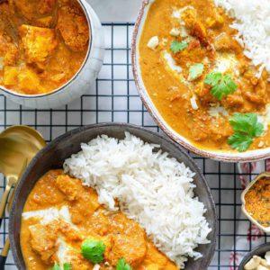 """AINA TOIMIVA """"BUTTER CHICKEN"""" ️️️️ Viikko kannattaa aloittaa supersuositulla, mausteisella intiaklassikkolla nimeltä """"butter chicken"""", joka oli taas yllättäen viikonloppuna meidän katsotuin ohje!  suora linkki biossa  Butter tofu on intialaisen klassikkoruoan pehmeän kermainen ja sopivan mausteinen kasvisruokaversio. Tämä ketterästi puolessa tunnissa valmistuva herkku on jokaisen kotikokin maistuva bravuuri. Testaa vaikka itse - se nyt vaan on täydellinen ruoka!"""