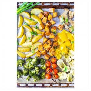ARKI-ILLAN PELASTUS: UUNITOFU-KASVISPELTI 👇 Poimi kaupasta sesongin kasvikset ja paahda ne uunissa valmiiksi marinoidun tofun kanssa. Kaikki ainekset yhdelle pellille ja kokkausaikaa puoli tuntia. Lopputuloksena on nopea arjen uunipeltiruoka ja rapeaksi paahtunut uunitofu kruunaa kauden mehevät kasvikset. Linkki biossa