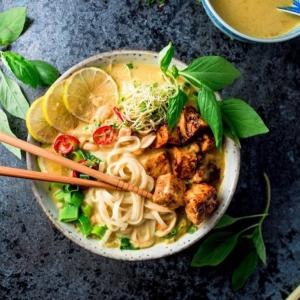 ☀️ TÄYDELLINEN LAKSALAUANTAI Hieman enemmän näpertämistä vaativa malesialainen laksa hurmaa maukkaasta liemestä pitävän yhden toisensa jälkeen. Kokeile vaikka 🍜 @viimeistamuruamyoten