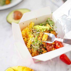 Eihän näillä keleillä oikeastaan edes voi syödä muuta kuin salaattia (ja jätskiä)!?🌞 Onneksi salaateistakin voi tehdä ravinteikkaita ja proteiinipitoisia käden käänteessä. Lisäksi tarvitaan vain sopivasti tuulettuva al fresco -ruokailuspotti ulkoa. Tai ilmastoinnin tai tuulettimen välitön läheisyys sisällä.  Koostimme teille parhaat salaattimme, joilla pärjää juhannusviikon. Tai vaikka koko kesän. Kuvassa pastasalaatti käyttövalmiilla Jalotofu Paahtopaloilla.