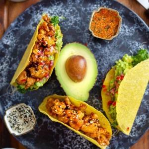 🌮 PE: Next-level pannumarinoitu tacoihin 🌮 Arkiviikon päätökseen kestosuosikki, tex mex! Rapeaksi paistettu, täydelliseksi maustettu teriyakitofutäyte kolahtaa myös niille, jotka ovat tottuneet kanaan.Nappaa tästä uusi