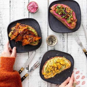 🌸ÄITIENPÄIVÄN KAUNEIN AAMIAINEN🌸 Vaikka annoksen kauneus olisikin puoli ruokaa, näissä leivissä on kauniin ulkonäön lisäksi kohdillaan myös maku. Ihanaa äitienpäivää! ❤️ . . . Ohjeet löydät www.jalotofu.fi/reseptit – linkki biossa ☝️ . #äitienpäiv