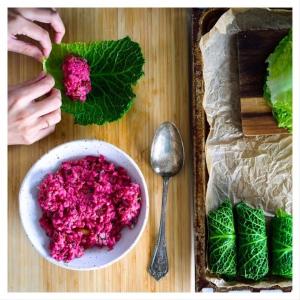 🍁 PUNAJUURITOFU-KAALIKÄÄRYLEET 🍂 . Syksyn satokauden kauniit ja mehevät kasviskääryleet valmistuvat savoijinkaalista. . Kaalikääryleet kätkevät sisälleen punajuuritofu-risottoa. Tarjoa tämä kasvisruoka muussin ja raikkaan puolukkasurvoksen kera! 🍽😋🍁 Resepti linkkiin biossa. . . . PS. Lokakuu tulee, oletko valmis? Nappaa herkullisimmat reseptit ja ideat jatkuvasti päivittyviltä reseptisivuiltamme
