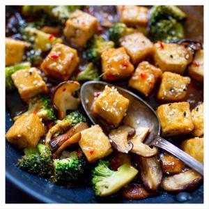 🍊APPELSIINITOFU-KASTIKE: 👇 Yksinkertainen, mutta maukas kiinalaistyylinen kastike tofulle syntyy appelsiinimehusta, soijakastikkeesta, raastetusta inkivääristä ja valkosipulista. 🍙🥘 Tofupalat leivitetään ja paistetaan rapeaksi ennen kastikkeeseen lisäämistä. Nauti tämä umaminen tofukastike riisin tai kvinoan kera. Linkki reseptiin biossa  Inspiraation reseptiin nappasimme herkullisesta @ruokaalkemisti -blogista! 🌱❤️