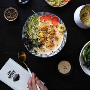 🍜ARVONTA🍜 (ohjeet alempana MIELETÖN idea, jolla muuttaa kotiruokailu ravintolaelämykseksi! Yhteistyöravintolamme, ramen-nuudelibaari @fatramen kehitti kotiin tilattavan, herkullisen 🥡Jalotofu Survival kit -paketin 🥢 jolla valmistuu superhelppo, mielettömän umaminen nuudeliannos viidelle. Yhdelle, tai useammalle ruokailukerralle. Siis N A M M M !!! 🍜 ARVOMME yhdelle voittajalle kaksi Fat Ramen vegaanista Jalotofu Survival kit:iä (sis. ainekset viiteen annokseen) kotiin toimitettuina (alueet: Kehä III sisäpuolella). Jos voittaja asuu toimitusalueen ulkopuolella, hän saa kaksi Survival kitin arvoista lahjakorttia Fat Ramenin ravintolaan. 🍜 OSALLISTU kertomalla kommenttiin, oletko maistanut ramen-annoksen ja jos kyllä, missä. 📌Merkitse kaverisi, jolle haluaisit lahjoittaa toisen Fat Ramen Jalotofu Survival Kitin. 🤝 🍜 Arvonta päättyy 23.4.2020 ja voittajaan otetaan yhteys yksityisviestillä. Instagram ei ole mukana arvonnassa x