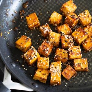 👨🏻🍳💥PE: HIFI TOFUGLASEERAUS + PARSAA Kun on aika nostattaa tunnelmaa on aika ruokahifistellä hieman. Helppo tofun glaseeraus muscovadosiirapilla + parsaa = 💥 JACKPOT 💥 👇 Jalotofu.fi/reseptit