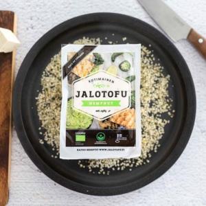 """🤔 Kysymys: Onko sinunkin suosikkisi kotimaisia, superravinteikkaita luomuhampunsiemeniä sisältävä maustamaton Hempnut? 🙋♂️ Vai onko se vielä harvinaisempi vieras keittiössäsi? . 🙋♀️ Tämä ravintoarvoiltaan kerrassaan loistava kasviproteiini on kiinteä ja helppo käsitellä ja maistuu hieman pähkinäiseltä. . 😋Suosittelemme hampunsiementofua erityisesti pannumarinoinnin kautta """"upliftaamaan"""" vaikka salaatti, grilliruoka, tortillat, kulhoruoat, leivät… Toisin sanoen, ihan mihin vaan. 👏 Mistä ostaa? 👇 Katso täältä lähin kauppasi: https://jalotofu.fi/yhteystiedot/myymalat/ – linkki biossa ☝️!"""