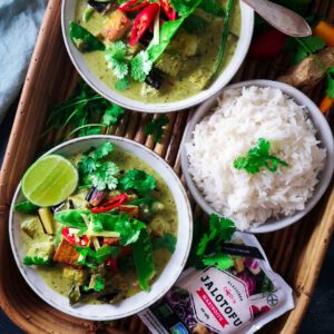 """Haaveissa osata tehdä itse thai curry niin sanotusti """"from scratch""""?  Hetki sen toteuttamiseen on tullut! Tässä erityisen raikas vihreä curry rapealla tofulla, jonka tuoreista aineksista valmistuva currytahnakin on yllättävän helppo valmistaa (kunhan omistaa blenderin) ja toki tässäkin toimii kaupan valmis tahna. Miten on - teetkö käsityönä vai oikoreittiä? jalotofu.fi/reseptit/vihrea-thai-curry-tofu/. . . . tofu  Resepti ja kuva:"""