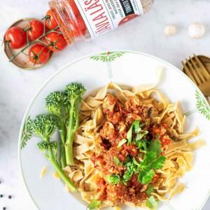 Haussa helppo ja nopea, joka maistuu kaikille? Tässä se on: tofutomaattikastike Àla Jävla Sås Bolag 👇🍅🍝 Paina ❤️, jos sinäkin rakastat tomaattista pastakastiketta! Suoran linkin reseptiin löydät biosta x