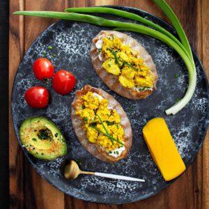 Huomenta!️ Klikkaa bion linkistä ja nappaa kesäaamuihin herkullisen kaunis tofukokkeliresepti!  ️🍽 . . .
