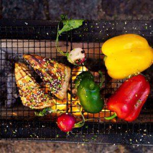 IGRESEPTI: Rapeapintainen grillattu tofu vaatii muutaman vaiheen, mutta on ehdottomasti sen arvoista. . Laitagrilli lämpiämään ja grillitikut veteen likoamaan . Valmistele muut grillattavat raaka-aineet ja kastikkeet . 🧻 Avaavalmiiksi marinoitu tofupaketti (kylmäsavu tai marinoitu) ja kuivaa talouspaperilla tofun pinta . Aloitagrillaaminen öljyllä voidelluista tofuvartaista. Käännä vartaat, kun tofujen pinta alkaa saada väriä Grillauksen loppuvaiheessa, kun tofu on jo täydellisen rapeaa. Laske grillin lämpöä,sivele kastiketta tofuihin ja grillaavielä vain muutama minuutti. Kokeile tähän esim seuraavia grillauskastikeita: 🏻🧑 * öljyä voiteluun * Jävla Sås Bolag Chipotle Glaze @javlasasbolag * Teriyakikastiketta * BBQ-kastiketta * Hoi Sin -kastiketta . Anna siis tofun tiristä grillissäsi oikein kunnolla ja yllätä vieraasi rapeilla, maukkailla vartailla ja kauden vihanneksilla. Linkki 'in biossa. . . . #kesäruokaa