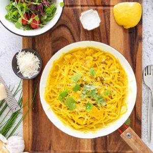 IGRESEPTI-TALLENNA MUISTIIN 🧑 Italialaisen keittiön pastaklassikko, pollo limonello, on vegaanisena versionakin niin hyvä ja nopea, että suosittelemme arjen upgreidaamista sillä. 🍽🥰 Näpertely minimoitu, kiitos uusien valmiiksi revittyjen ja paahdettujen Jalotofu Paahtopalojen. 🍋 tee näin: Laitapasta kiehumaan. HUOM! Varaa noin 75-100g spagettia per ruokailija. . Kuumennapannulla margariinissa raastettu valkosipuli ja inkivääri, vaahterasiirappi ja kasvisliemikuutio. . Lisää kerma, kurkuma ja anna kiehua pari minuuttia. Lisää sitruunan kuori ja mehu. Lisää Paahtopalat (valmiiksi maistetut) kastikkeeseen ja anna hautua miedolla lämmöllä. . Pyöräytävalutettu pasta kastikkeen joukkoon. Mausta suolalla ja pippurilla. Tarjoile korianterin ja kasvipohjaisen juustoraasteen kera. Tarvitset: *1 pkt Jalotofu Paahtopala Maustettu 250g * 1 dl kaura- tai soijakermaa * 1,5 rkl vegaanista margariinia tai öljyä * 2 rkl nestemäistä makeuttajaa (esim. vaahterasiirappi tai agave) * ½ kasvisliemikuutio murustettuna * ½ rkl kurkumaa * ½ sitruunan kuori ja mehu (luomu) * 2 kpl valkosipulin kynttä * 1 rkl tuoretta inkivääriä * 200-400 g spagettia * suolaa ja pippuria * tuoretta korianteria ︎ Suora linkki reseptiin:  https://jalotofu.fi/reseptit/helpoin-tofu-limonello-sitruunapasta/ . . . 🍋  🧑