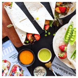 JOS kaipaat uusia ideoita tai helppoja ruokaohjeita, nappaa uusin @glorianruokajaviini -lehti, josta löydät @tarajunker 'n loihtiman kesäisen reseptin! ???????? ???? Nämä mansikkatempe-tacot ovat vaan n i i n hyvi