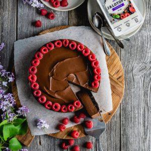 """Juhannuksen ykkösjälkkäri tulee tässä!  Makua ja juhlavan herkuttelun tuntua tästä suklaa-maapähkinävoikakusta ei todellakaan puutu, vaikka sitä voikin kutsua ainakin astetta terveellisemmäksi kakuksi. 😇 Bonuksena siinä on myös mukavasti kasviproteiinia, sillä sen silkkisen koostumuksen takaa löytyy kauppoihin hiljattain palannut Jalotofu Pehmeä. ✍🏼 Ainekset kauppalistalle reseptistä ja eikun juhannusta kohti!  Reseptin tähän mielettömään kakkuun meille kehitti taitava @myblisskitch Marita ja hän kommentoi sitä näin: """"Jalotofu pehmeä on loistava tuote, kakusta tuli hetkeen paras mitä olen tehnyt. Kakku valmistuu helposti ja rakenne on silkkisen täydellinen. Koko perhe tykkäsi, muksut ja aikuiset."""" x"""