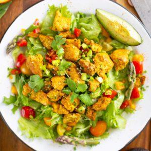 Kaipaatko uusia salaatti-ideoita johon voi upottaa sesongin tuoretta parsaa? Tässä yksi, joka toimii loistavasti vaikkapa nopeana arkisalaattina tai kun tekee mieli aasialaishenkisiä makuja. 🥗 jalotofu.fi/reseptit/kana-korianteri-tofu-salaatti/