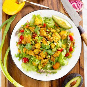 """Kana""""tofusalaatti, tofuwrapit ja nuudeliwokki lohtuliemellä. Arkisin maistuvat helpot ja ruokaisat tofuruoat, joiden valmistamiseen ei mene puolta tuntia pidempään, ellei edes sitäkään! 🥗 jalotofu.fi/reseptit/kana-korianteri-tofu-salaatti/ jalotofu.fi/reseptit/lohturuoka-nuudeliwokki/ 🌮🌯 jalotofu.fi/reseptit/tofuwrap-tiktok-tortilla-hack/"""