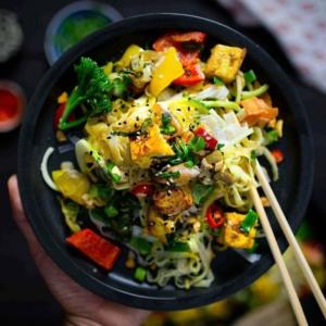 KE: PHAD THAI, AIJAIJAI ❤ 🌶🍳🥢🥡 Kaikkien thai-ruokien mama ei jätä kylmäksi. Voiko edes olla parempaa viikon puolivälin juhlistusta, kuin suolaisenmakea nuudeliruoka? 🥢 Thaimaalaisten ravintoloiden pikaruokien ikisuosikki, pad thai, nyt vegaanisena. Muuta keittiösi thairavintolaksi, jossa koostat annokset nopeasti wokatuilla vihanneksilla, nuudeleilla, rapealla tofulla ja ihanalla suolaisenmakealla kastikkeella – täydellist