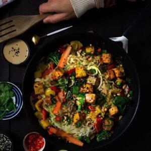 KE: PHAD THAI, AIJAIJAI 🥘 Kaikkien thai-ruokien mama ei jätä kylmäksi. Voiko edes olla parempaa viikon puolivälin juhlistusta, kuin suolaisenmakea nuudeliruoka? jalotofu.fi/reseptit/pad-thai-tofulla/ . . .