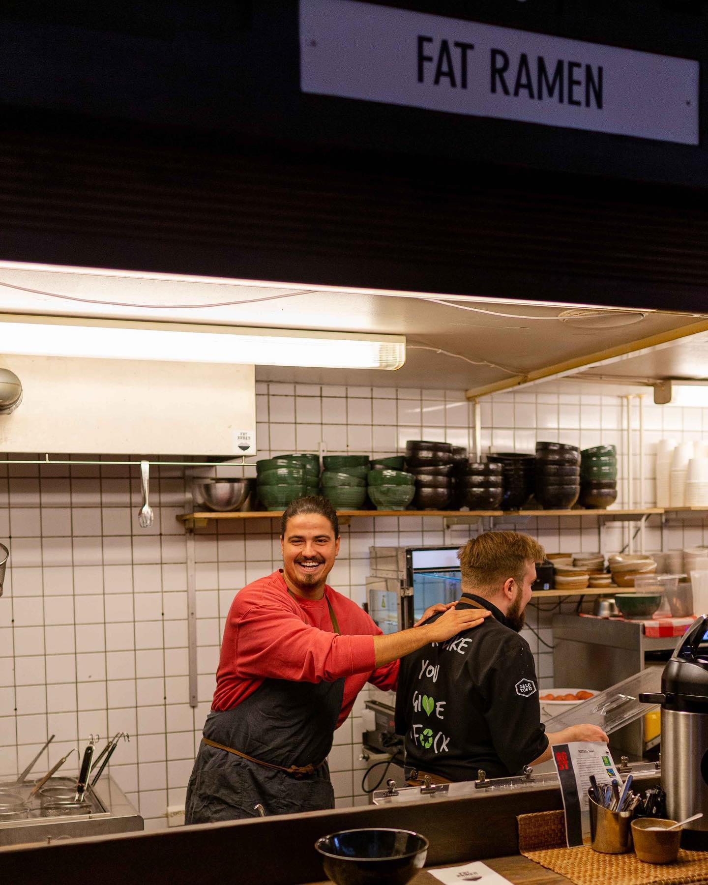 Keittiömestari suosittelee - ja suosittelemme keittiömestaria!  Japanilaista ramen-kulttuuria ja elämyksiä Suomeen rakentava Marcos Gois ja hänen @fatramen -ravintolansa pk-seudulla on pitkäaikaisimpia yhteistyökumppaneitamme, jo vuodesta 2013. Fat Ramenin vegaaninen klassikkoannos on vuodesta toiseen Jalotofu ramen bowl. Moni teistäkin tietää miksi.  Fanitamme myös siksi, että heidän Jalotofu-annos voitti vuoden 2017 Flow-festareiden sustainable meal -palkinnon.  Support your local! . . .