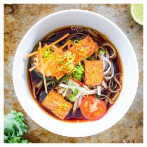 Kermakastike, soijaliemi, tulinen soossi, vegenakkikastike – vai⁉️[täydennä kommentteihin] ???? Käyttötavat ja makuparit tofun tai tempen valmistamisessa ovat lähes rajattomat! Nappaa omasi reseptisivuiltamme, linkki biossa