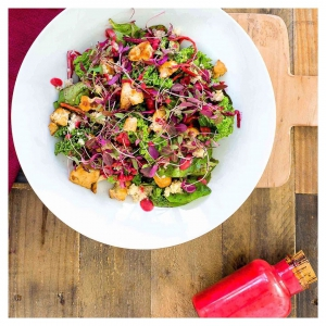 KESÄPÄIVÄN paras lounas on ruokaisa salaatti pannumarinoidulla tofulla, joka viimeistellään herkullisella vadelmavinegrettilla. ???? Simppeli panostus itse valmistettuun herkkusoossiin vie pitkälle: itsetehdyt kastikkeet säilyvät hyvin jääkaapissa lasipullossa tai -purkissa. . jalotofu.fi/reseptit/nopea-ja-helppo-pannumarinoitu-tofu/ . Vadelmavinegretti: • 1 1/2dlvadelmia • 1tlpunaviinietikkaa • 1dloliiviöljyä • 1rklvaahterasiirappia tai muuta makeuttajaa •1/2tlsuolaa • 1/4tlmustapippuria myllystä ???????????????????????? Mittaa vadelmavinegretin aineet korkeaan kulhoon ja soseuta sileäksi sauvasekoittimella