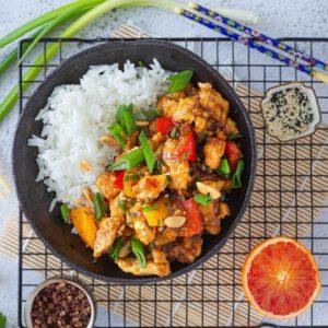 Kiinalaista uuttavuotta juhlitaan nyt perjantaina!  Kuka tiesi, että buddhalaiseen perintöön nojaten vuoden ensimmäinen ateria olisi hyvä olla kasvisruokaa, pitkän ja onnellisen elämän takeena? Kodin tulisi myös olla perusteellisesti siivottu vuoden alkaessa. 😎 🏻🧑 Hyvän kasvisruoan onnellistavaan voimaan luottaen suosittelemme perjantaiksi yhtä viime aikojen suosikkiamme, maukasta kiinalaista (perinteisesti kanasta valmistettua) klassikkoa, tofua Kung Pao. Kodin jynssäämisen taidamme riskillä kuitenkin skipata.  ⛩ Herkullista ja onnekasta siirtymää rotan vuodesta härän vuoteen!  . jalotofu.fi/reseptit/klassikkoresepti-kung-pao-tofukastike/