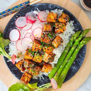 Kuka on kokeillut ja koukuttunut yhdistelmään parsa + glaseerattu tofu?🏻♀️🏼Jos et vielä, nyt on aivan t-ä-y-d-e-l-l-i-n-e-n hetki tehdä se! Kotimainen parsa on nimittäin sesongissa. Ja sehän nyt vaan on ihan poskettoman hyvää. Retiisejäkin on jo nähty kasvimailla ja ne sopivat tähän annokseen myös loistavasti.