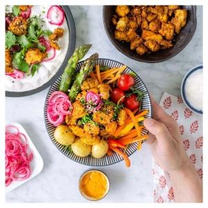 Kulhoruokien suosio vain jatkaa kasvuaan. Tämä värikäs vegekulho sopii kevyeksi lounaaksi tai ruokaisaksi välipalaksi – niin mökillä kuin kotonakin! ???????????? Ainekset: Uunipaahdettua tai pannumarinoitua tofua, marinoitua punasipulia, uusia perunoita ja kauden kasviksia. Koko herkun kruunaa lempikastikkeesi tai