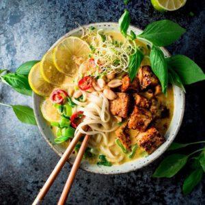 LA: TÄYDELLINEN LAKSALAUANTAI Hieman enemmän näpertämistä vaativa. mutta supersuosittu malesialainen laksa hurmaa maukkaasta liemestä pitävän yhden toisensa jälkeen. Kokeile vaikka! Kiitos reseptistä kuuluu Viimeistä murua myöten -blogin Saaralle ️ 🧑 jalotofu.fi/reseptit/malesialainen-tofu-laksa/ . . x