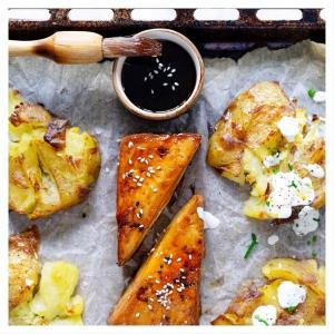 LITISTETYT PERUNAT, SAVUTOFUPIHVIT JA SITRUKSINEN JOGURTTIKASTIKE 🍋 🥔🔨 Litistetyt perunat eli ovat arjen helppo uuniruoka ja mikä parasta voit käyttää siihen edellispäivän tähteeksi jääneet perunat. 💡 Litistyksen idea on simppeli. Kypsät perunat painetaan ensiksi lyttyyn ja paahdetaan uunissa reunoilta rapeiksi ja sisältä maistuvan meheviksi. Valmiiksi marinoidun tofupihvin kanssa lyttyperunat maistuvat aivan uskomattoman hyvältä, varsinkin kun ne kypsyvät kätevästi samalla uunipellillä. . . . Linkki reseptiin löytyy biosta  Ps. Idea perunoihin löytyi herkullisesta ja kattavasta @soppahanna -ruokablogista! Suosittelemme 👩🏻🍳!
