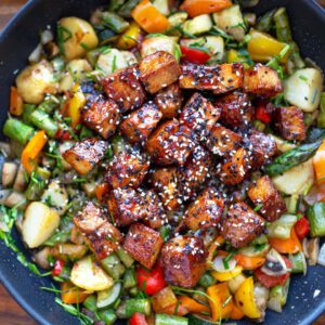 MA: PYTTIS HEAVEN 🥘 Hyötykäytä viikonlopulta ylijääneet kasvikset — tai valitse ne, jotka itselle tai omalle perheelle parhaiten maistuu. Hyvää kielelle ja mielelle! jalotofu.fi/reseptit/kasvisruokien-arkiklassikko-satokauden-tofupyttipannu/ . . .