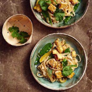 """MAISTUISIKO 🧐 makeansuolaiset tofunuudelit, savutofucarbonara ja rapeaksi paistetut, dippien kanssa tarjottavat tofupalat? 🥰 🧑 Nämä @chocochili 'n Elina Innasen reseptit  saavat vannoutuneemmankin tofunvihaajan puolelleen. Suora linkki biossa! Regram @hsruoka  """"Tofu, kuten mikä tahansa muukin raaka-aine, kaipaa huolellista esivalmistelua, jotta siitä saa kaiken irti. Katso päivän lehdestä tai osoitteesta HS.fi/ruoka Elina Innasen@chocochilivinkit ja reseptit, joiden avulla saat taatusti maukkaita tofuruokia. Kokeile vaikka kuvassa olevia makeansuolaisia tofunuudeleita."""" . . . #hsruoka #hsruokatorstai #ruokatorstai #kasvisruoka #vegaaninen #lihatonlokakuu@elvisrista"""