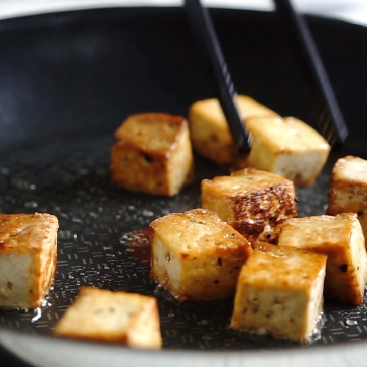 pannumarinoitu rapea tofu kuutio
