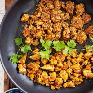 Mikä on sinun salainen mauste tai resepti, joilla teet tofuruoistasi entistäkin maukkaampia?  Nämä sivustomme pannumarinoidun tofun ja teriyakitofun reseptit ovat olleet kävijöiden suosikkireseptejä jo pitkään - eikä suotta. Tofun helppo paistaminen, joukkoon valmis (tai oma) suolaisenmakea, japanilainen teriyakikastike on varma ja nopea tapa saada tofusta rapeaa ja ihan tajuttoman hyvää. Nämä sopivat vaikka mihin kasvisruokaan. jalotofu.fi/reseptit/paras-rapea-tofu-teriyaki-pannumarinoitu/ jalotofu.fi/reseptit/nopea-ja-helppo-pannumarinoitu-tofu/ . . . ja