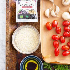 Mikä pelastaa kiireisen arkipäivän lounaan? No uuniriisi!  🥘 Vinkki: Paista tämä rapea uuniriisivuoka edellisenä iltana valmiiksi ja lämmitä uudelleen seuraavana päivänä paistinpannulla tai uunissa, kun nälkä yllättää! 🧑🏻 jalotofu.fi/reseptit/paras-uuniriisi-rapea-tofu/ . . .