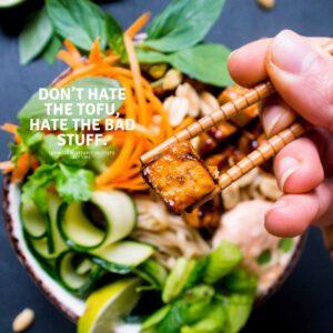 Näin tammikuussa alkavan vegaanihaasteen ja uuden vuoden kunniaksi kumoamme vanhat myytit ja aloitamme herkullisen arjen puhtaalta pöydältä! 🥙🏻🧑 Mikä kuvateksti pitää mielestäsi parhaiten paikkaansa, ellei kaikki? Tallenna vinkit tofun käsittelyyn ja reseptit sivuiltamme: jalotofu.fi/tofumyyttien-loppu-nain-teet-tofusta-hyvaa/ x