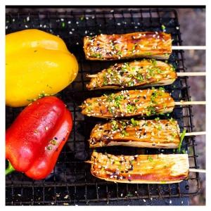 Nopeaa, näyttävää ja superhyvää grilliin? Vain itselle tai grillijuhlissakin toimii kesäsuosikkimme, tirisevän makoisat. ???????????? Niin helppoa ja hauskannäköistä grillitikuissa, fiiliksen mukaan valitulla makumaailmalla kruunattuna. Miten olisi bbq, teriyaki, pähkinäkastike tai chipotle glaze? Grillattujen, rapeiden tofujen pintaan sipaistu kastike, THAT'S ALL