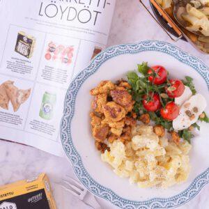 Oletteko jo bonganneet uusimman @glorianruokajaviini -lehden? Suosittelemme nappaamaan kyseisen numeron, koska vuoden parhaat ilmiöt on taas listattuna ja sieltä voi myös löytyä tuttuja, sekä uusia herkullisia tofu- ja tempereseptejä. ️️️️️ 🏻🏻 Perjantain kunniaksi ja lehden innoittamana valmistimme tämän nopean ja helpon lounasreseptin: kermaperunat uusilla Paahtopaloilla ja mozzarellasalaatti. Mikä parasta, tämä koko resepti on valmistettu täysin kasvipohjaisista raaka-aineista. Tarvitset: (2-3 annosta) 1 pkt Jalotofu Paahtopala Maustettu 250g 500 g peruna-sipulisekoitusta 2 1/2 dl kaurakermaa 1/2 tl sitruunapippuria 1/2 tl suolaa 200g mozzarellaa (kasvipohjainen) 1 ps salaattisekoitusta  1 pkt kirsikkatomaatteja paahdettuja siemeniä balsamicoa Tee näin: Kaada peruna-sipulisekoitusöljyttyyn uunivuokaan. Mausta pippurilla ja suolalla, kaada kerma päälle. Paista 200-asteisen uunin keskitasolla 50-60 minuuttia.Pese salaatti ja tomaatit.  Paistatofuja pannulla pienessä määrässä öljyä, kunnes tarpeeksi rapea pinta tai käytä salaatissa sellaisenaan. Kokoa annos kermaperunoista, paahdetusta tofusta ja salaatista. Pirskota päällä hieman balsamicoa ja koristele paahdetuilla siemenillä. . . .