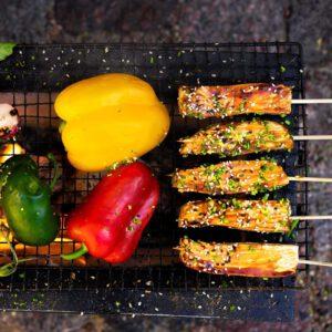 """On taas se aika. Ensinnäkin muistella näitä legendaarisia tofukebakoita, ja toiseksi ryhtyä grillaamaan ja nautiskelemaan niitä taas. Vaihtoehtoisesti grilliin voi heittää myös pihvejä, vartaita, tofutikkareita (= nam!).  🏼Tsekkaa """"pomminvarma"""" grillausoppaamme bion linkistä ja valitse tunnelman mukaan tofun muoto, makumaailma ja grillaustapa. Grilliruoka vegenä, toimii. Todellakin."""