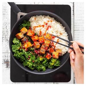 Paistettu riisi eli on helppo tapa hyödyntää ylijäänyt riisi ja valmistaa nopea pannuateria. ???????????? Lehtikaalin maku taas pehmenee helpommin syötäväksi, kun sekoitat joukkoon ????sitruunamehua, ????suolaa ja pippuria. Annoksen ruokaisuudesta ja potkusta vastaa rapean ????tulinen glaseerattu tofu????. Nappaa resepti bion linkistä – myös videoresepti