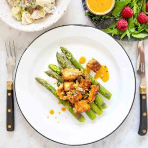 Parsaa, uunipaahdettua rapeaa savutofua ja perunasalaattia. Tämä ihanan keväinen herkku on lautasella puolessa tunnissa! https://jalotofu.fi/reseptit/parsaa-uunipaahdettua-rapeaa-savutofua-ja-perunasalaattia/
