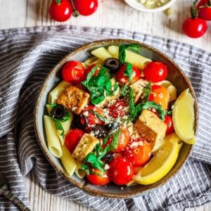 PE: UUNI HOITAA -TOMAATTIPASTA 😋🍝👩🏻🍳 Yhden pellin taktiikalla ihanaa pikaruokaa. Koska tomaatit ja tofu paranevat, kun niitä paahtaa uunissa. Ja samaan aikaan voi jatkaa töitäkin! Reseptin loihti meille ihana @myblissktchn 'n Marita