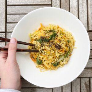 Regram: Ruokayhteisö @safkaamo otti uuden Paahtopalamme testiin ja lue alta, mitä mitä mieltä he olivat tofun uudesta muodosta! 🧐 🧑 Lounaslautasella tänään vartissa valmistuva kimchi-nuudelisetti, jossa porkkanaa, sipulia, pinaattia, soijakastiketta,@jalotofurevittyä tofua (nam!) jarasilainen_suomikimchiä. Jälkimmäinen on vanha kestosuosikki, mutta tuo revitty tofu on uusinta uutta. Muutaman kerran olen sitä nyt kokeillut hyvin tuloksin: se on siis kuin tavallista tofua, mutta heti käyttövalmista. Ei siis tarvitse valuttaa, kuivata eikä maustaa, jos käyttää valmiiksi maustettua versiota: suoraan pannulle vaan!  joko ootte testanneet? . #arkiruoka #revittytofu #paahtopala #jalotofu #kasvisruokapäivä #vege #paremmansyömisenpuolesta #NäinOnnistutAina