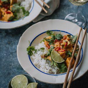 """@hannahurtta 🧑 Nappaa suositusta Hannan soppa -blogista uusin kurpitsacurryn-resepti, jossa tofua ei paisteta, vaan se saa rauhassa imeä kaikki kastikkeen ihanat maut itseensä.  """"Tofu-kurpitsacurry on hurmaavien makujen lämmittävä ruoka. Vegaaninen curry on helppo valmistaa ja chilin määrää säätämällä maistuu koko perheelle!"""" Kiitos Hannalle & Ravintola @estherravintola reseptistä!  Tofu & pumpkin curry 🧡 Blogissa nyt hurmaava tofu-kurpitsacurry, jonka reseptin sain kauniisti pyytämällä@estherravintola:n keittiöstä (kiitos@timolarinen&@mohamed.e.amrani!)  Oma alkuperäistä kunnioittava versioni löytyy nyt blogista, linkki biossa! . . ."""