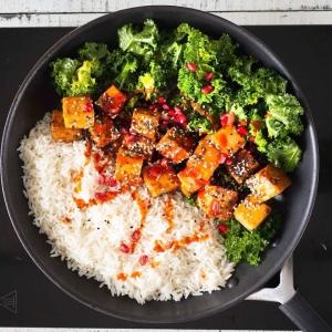 Riisiä jäi yli ja hävikki ahdistaa. Mikä avuksi? 🤔🍚🍳 Noh, riisi pannulle, kylkeen rapea ja hieman tulinen glaseerattu tofu ja marinoitua lehtikaalia. Varsin ilmastoystävällistä ja Jalokuun hengen mukaista!  Suora linkki reseptiin biossa @javlasasbolag