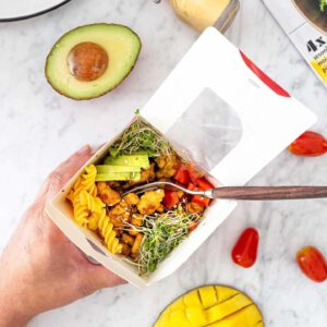 RUOKAISA PASTASALAATTI IS BACK!  🥡🥗🍽 Ikuinen klassikko, , toimii aina. Mutta joskus siihen saattaa kyllästyä. Joten kehitimme teille loputtomasti, oman fiiliksen ja sesongin mukaan tuunattavissa olevan pastasalaatin reseptin. 🏻🥗 Ohjeella teet tietenkin myös ihan valmiin salaatin, mutta voit upgreidata sitä suosikkivihanneksillasi. Proteiinina valmiiksi paahdetut Jalotofu Paahtopalat, joten annoksessa on valmiina jo kaikki mitä tarvitset. Nappaa mukaan piknikille, treeneihin, töihin tai nautiskele ihan vain kotona. 🥗 Linkki reseptiin löytyy biosta. . . .