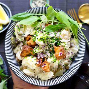 Ruokaisa perunasalaatti sopii hyvin keväiseen ruokapöytään – paahdettu marinoitu tofu on tämän ruoan salaisuus. Katso vinkit tofun rapeuttamiseen! jalotofu.fi/reseptit/kesainen-tofu-perunasalaatti/