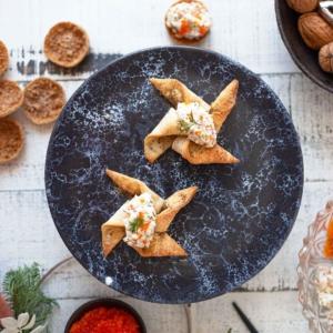 saattaa hyvinkin olla seuraava joulutortun hittitäyte. Nappaa talteen suosittu resepti 👨🏻🍳👩🏻🍳 Jouluherkkujen ystäville on luvassa iloisia uutisia: ujutimme rapean torttutaikinan päälle klassisen kalavale-täytteen (tofu,caviart, fraiche, tilli, sitruuna). Lopputulos osoittautui suorastaan taivaallisen herkulliseksi